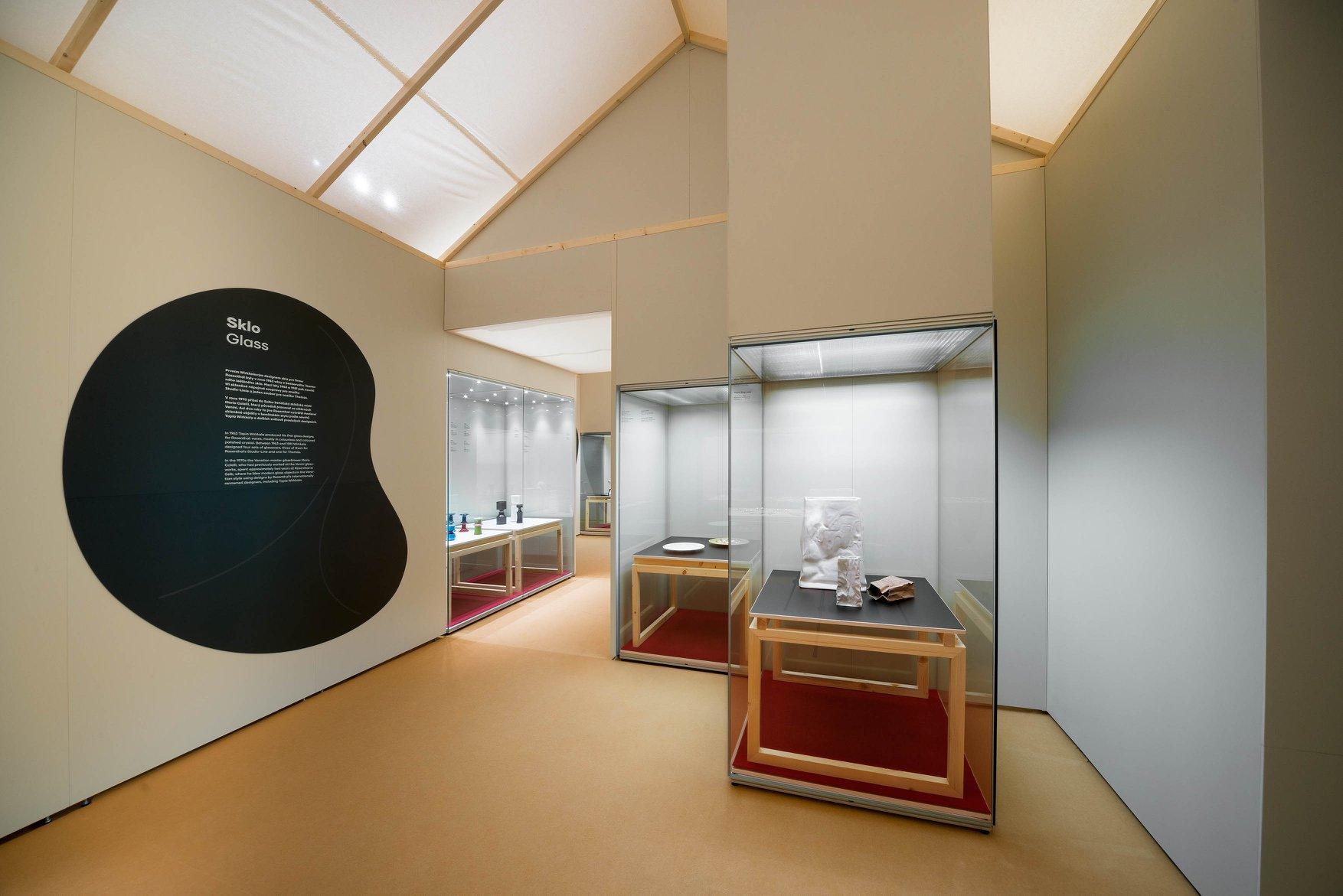 Finnisches Design – Ausstellungsaufbau mit Mila-wall Wandmodulen und Vitrinen im Kunstgewerbemuseum Prag