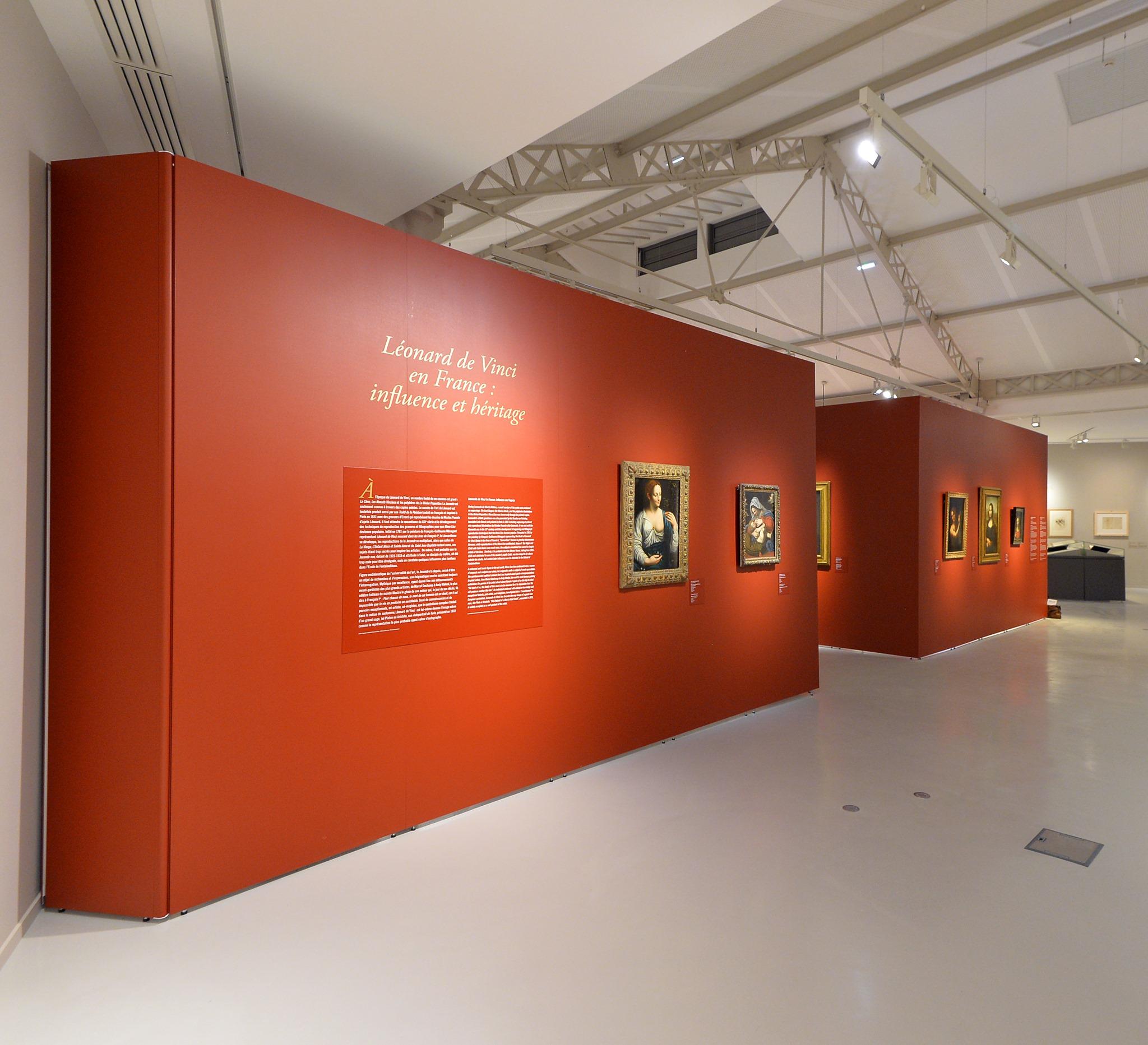 Korpus aus Mila-wall Wandmodulen mit roter Oberflächenbeschichtung