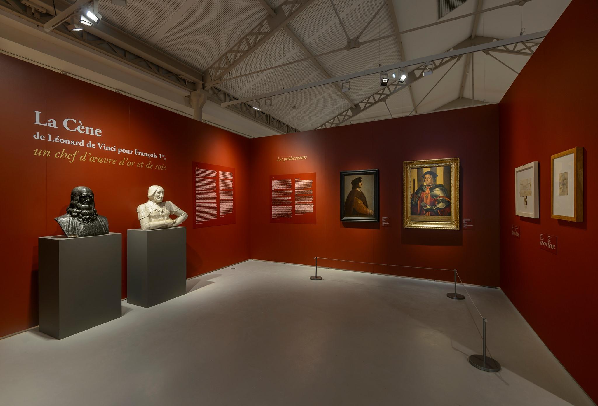 Ausstellungsraum mit Mila-wall Podesten und Wandmodulen mit roter Oberflächenbeschichtung