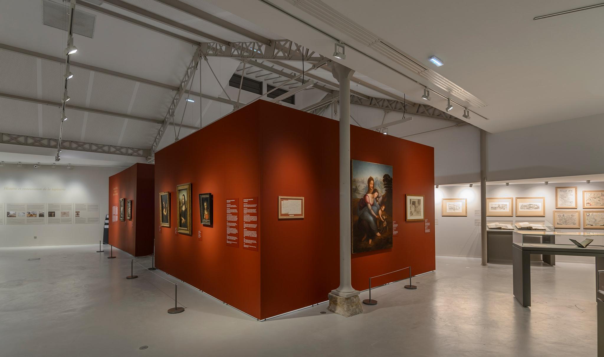 Ausstellungsraum mit Mila-wall Wandmodulen mit roter Oberflächenbeschichtung und Beleuchtungssystemen von MBA