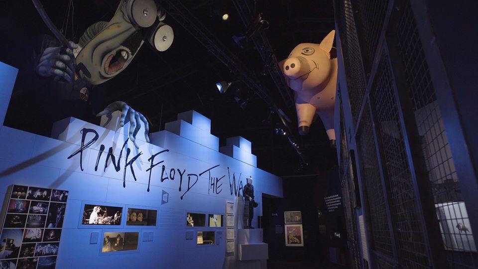 Modulare Wände von Mila-wall bilden die Grundlage für die Mauer in der Ausstellung über die Band Pink Floyd