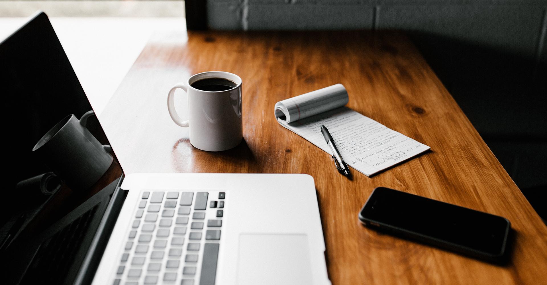 Der Arbeitsplatz der MBA-Blogger: Ein Laptop, ein Smartphone, Kaffee und Notizen