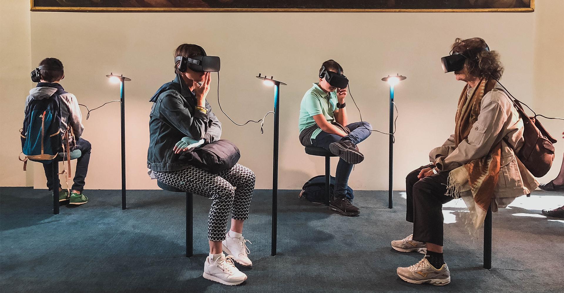 Menschen mit VR-Brillen besuchen eine VR-Ausstellung