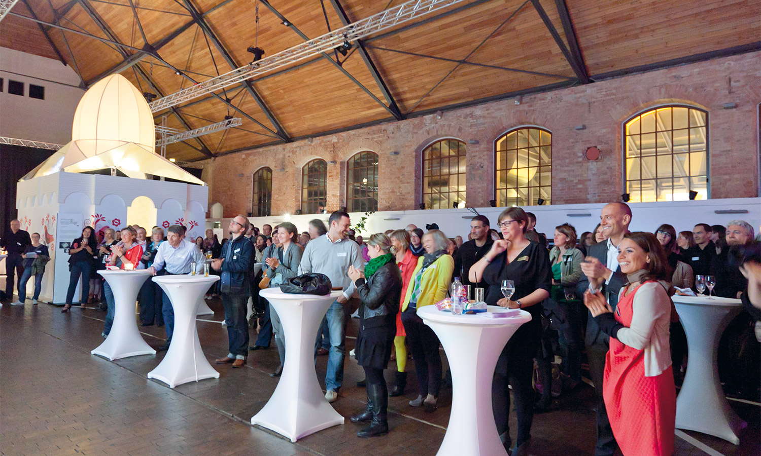 Mila-wall bar tables and audience at the opening of MBA Stadtgeflüster