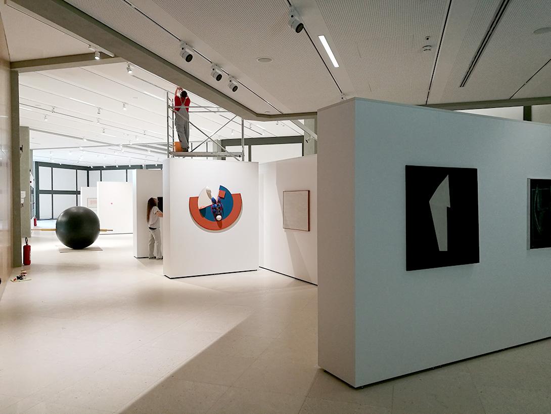 Montage d'une exposition avec la technique Mila-wall au Musée d'Art Contemporain de Belgrade