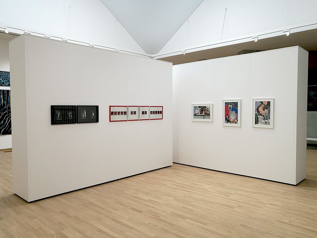 Vernissage de l'exposition au Musée d'art contemporain de Belgrade avec l'architecture de l'exposition Mila-wall