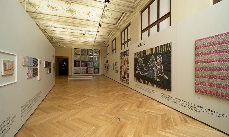 Ausstellungsraum mit Mila-wall Technik im Kunstgewerbemuseum in Prag