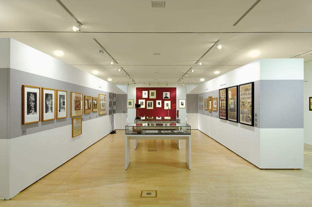 Montage de l'exposition avec des modules muraux, des tables et des vitrines Mila-wall dans le Kupferstichkabinett de Dresde