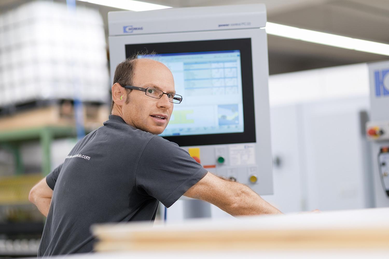 MBA Produktion: Mitarbeiter am PC in der Schreinerei