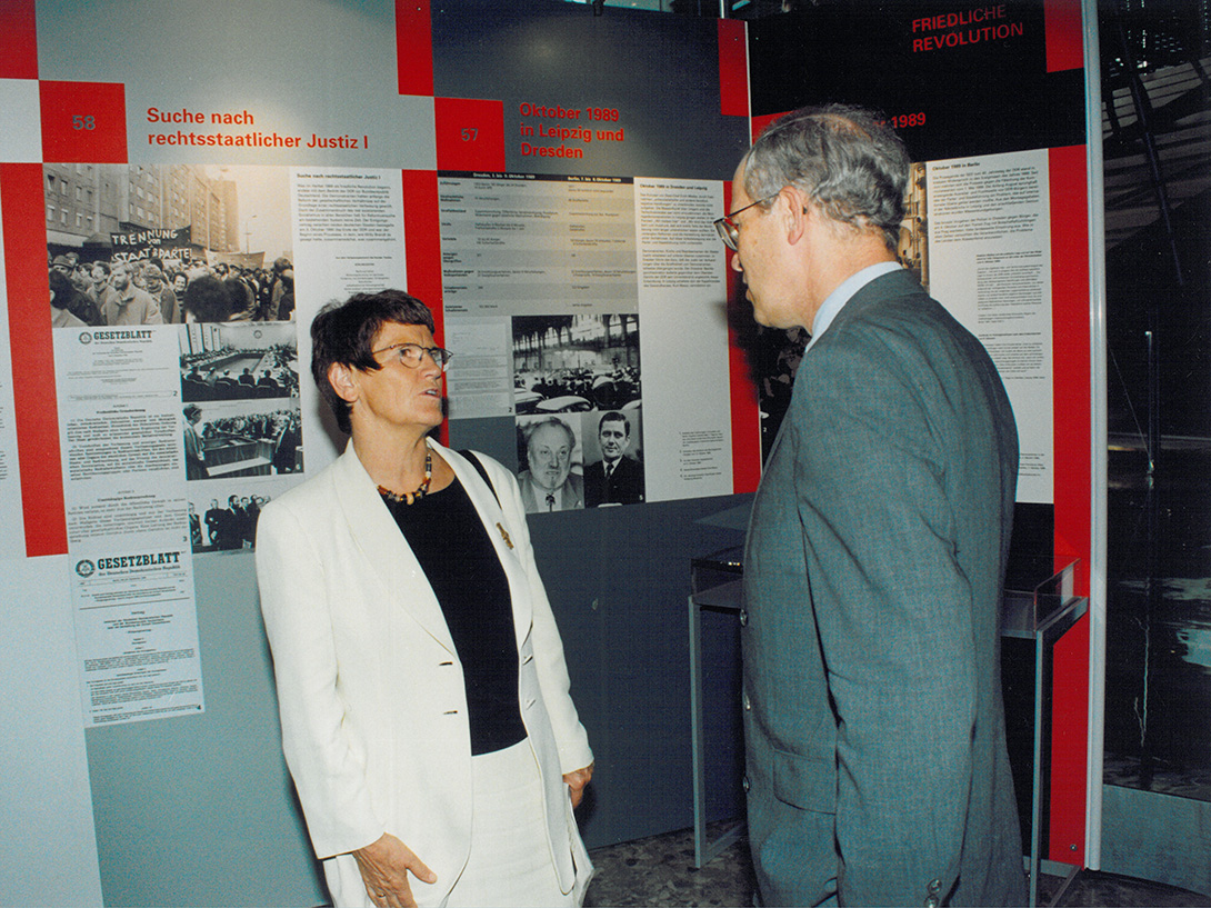 Old photo of Rita Süßmuth and Rudolf Scharping in an exhibition with Mila-wall wall modules